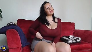 Big fuck-a-thon bomb mom with fur covered British cunt
