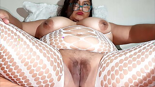 Plus-size masturbating until she gets her squirt