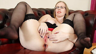 British mature Sammie loves playing with a buttplug